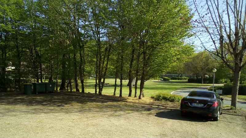 Entrée parking du camping les chênes