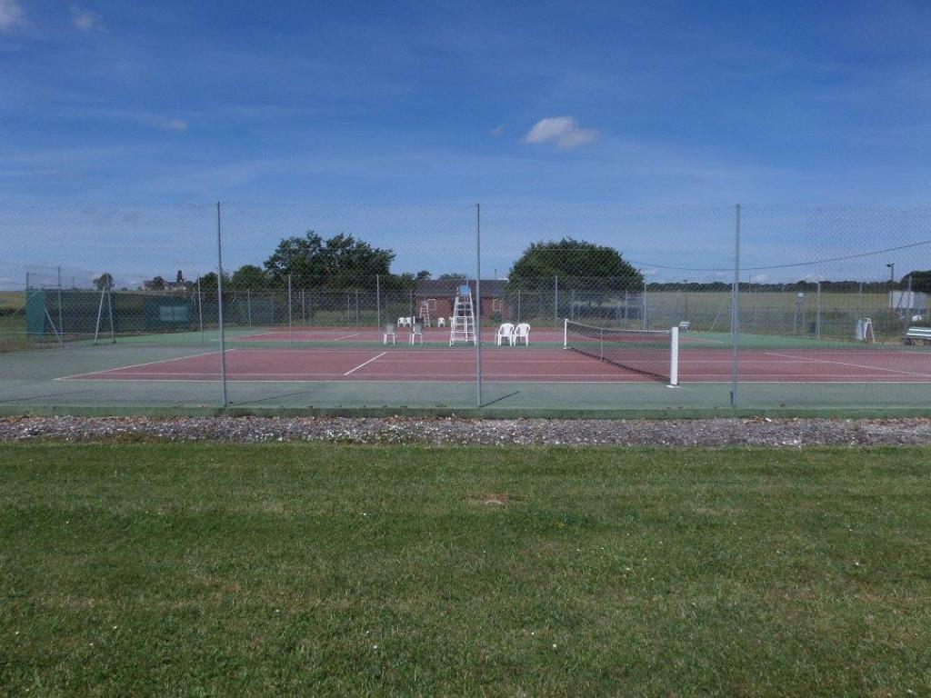 Terrain de tennis du camping les chênes à Valençay